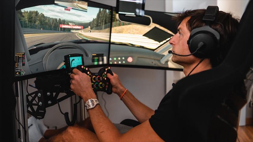 Bruno vor Screens im SIM Racing mit Headset und Händen am Lenkrad
