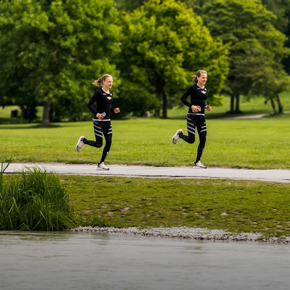 Hahnertwins joggend im Park