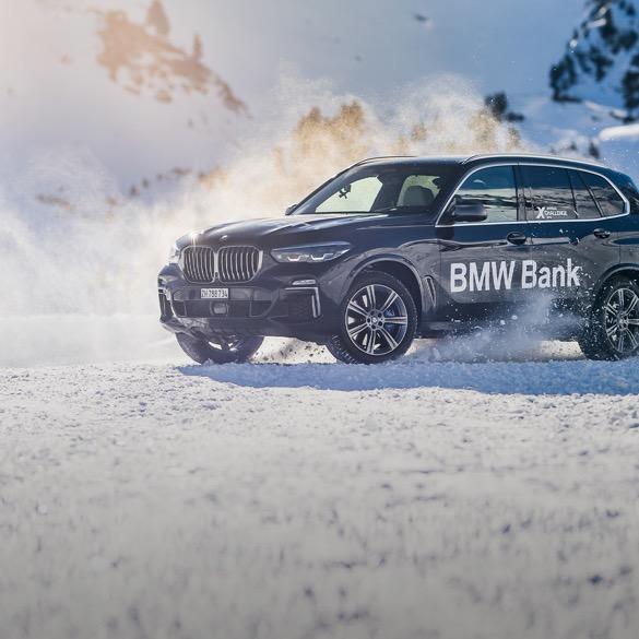 "Gebrandetes ""BMW Bank"" xDrive Fahrzeug im Schnee."