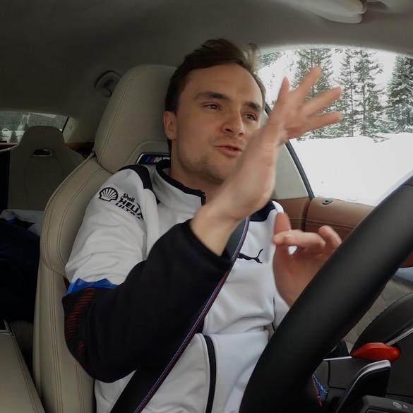 Lucas Auer auf Fahrersitz schaut frontal aus Windschutzscheibe
