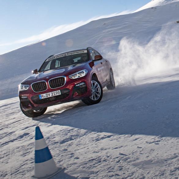 Roter BMW X3 frontal in Schneelandschaft
