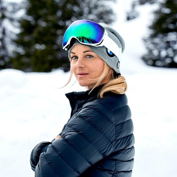 Sandra Lahnsteiner mit Mütze und Skibrille auf dem Kopf im Schnee