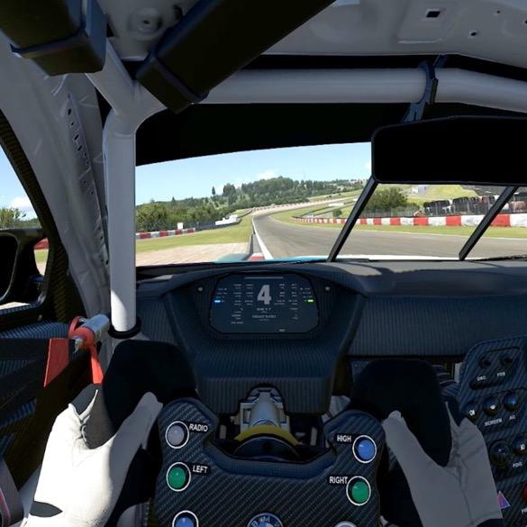 POV aus SIM Racer-Sicht mit beiden Händen am Lenkrad und Blick auf Rennstrecke. Fahrzeug ist am Rand der Strecke.