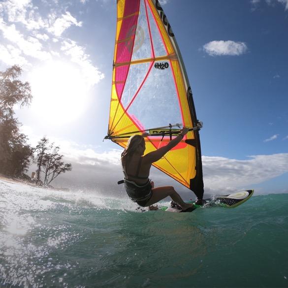 Frau beim Windsurfen.