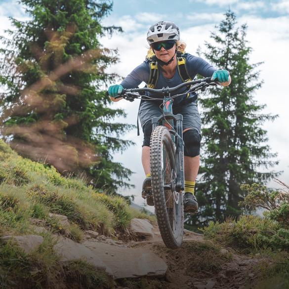 Frau fährt Mountainbike im Wald.
